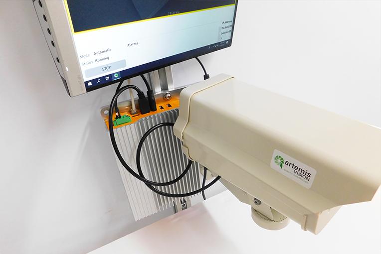 Kleine industriële computer verstopt achter een machine vision camera