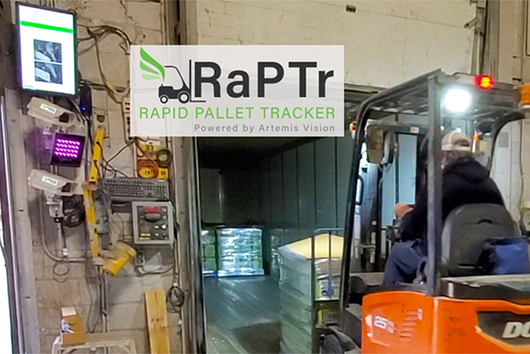 Een heftruck rijdt langs een barcode scanner voor logistieke tracking
