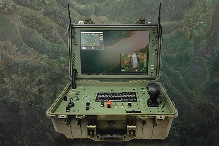 Tragbares Drohnen-Bodenkontrollsystem (GCS) mit Steuerung und Monitor in einer Tragetasche