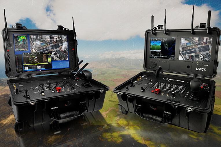 Zwei Bodenkontrollsysteme für UAVs mit Drohnensteuerungen und Monitoren in einem Transportkoffer
