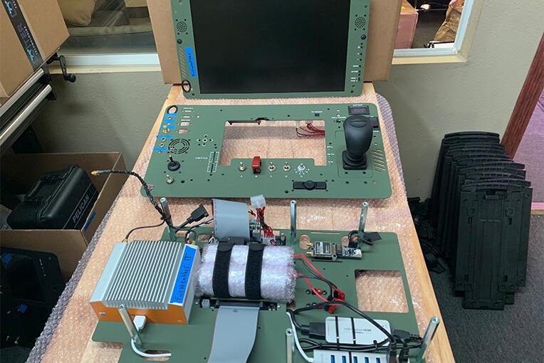 Das Bild zeigt die Komponenten des Bodenkontrollsystems von Desert Rotor für UAVs