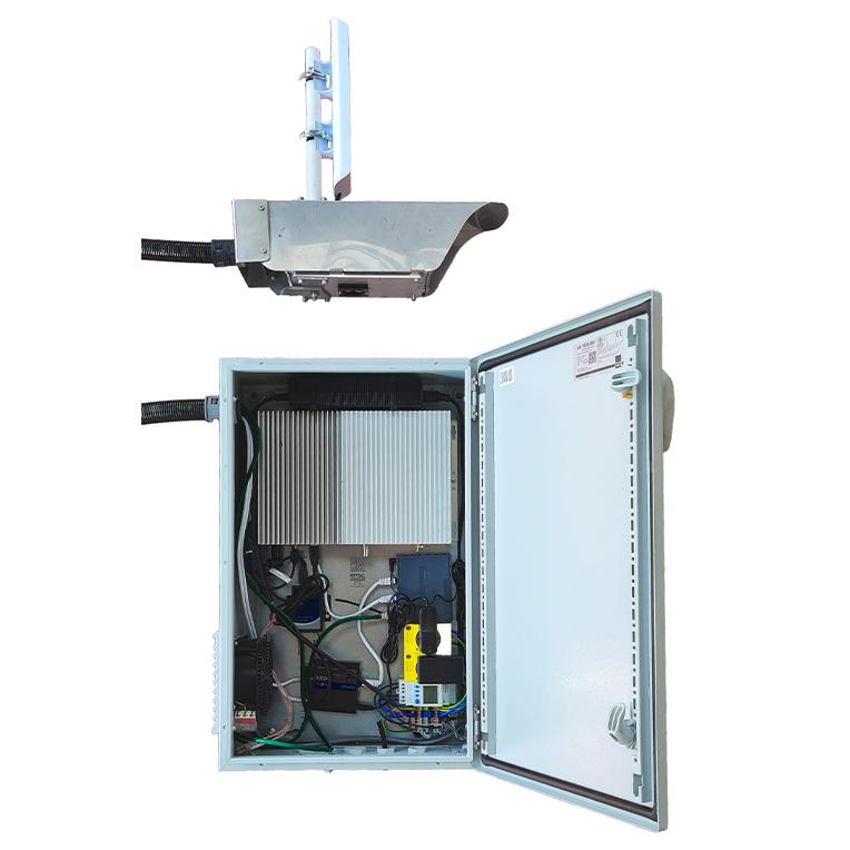 Een foto van het interieur van een kast met een industriële computer en andere elektronische apparatuur erin.